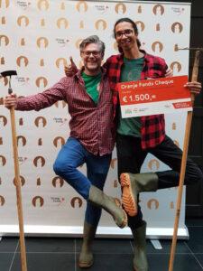 Mark en Ramiro met De Oranje Fonds cheque, op de landelijke finaledag 2019 voor de Appeltjes van Oranje